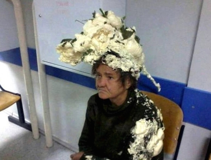 mujer-confunde-bote-espuma-pelo